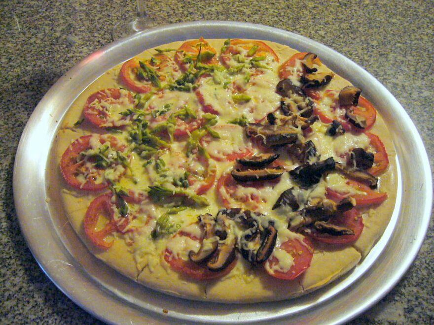 Pizza_with_shitake_mushrooms_and_lorocos.jpg