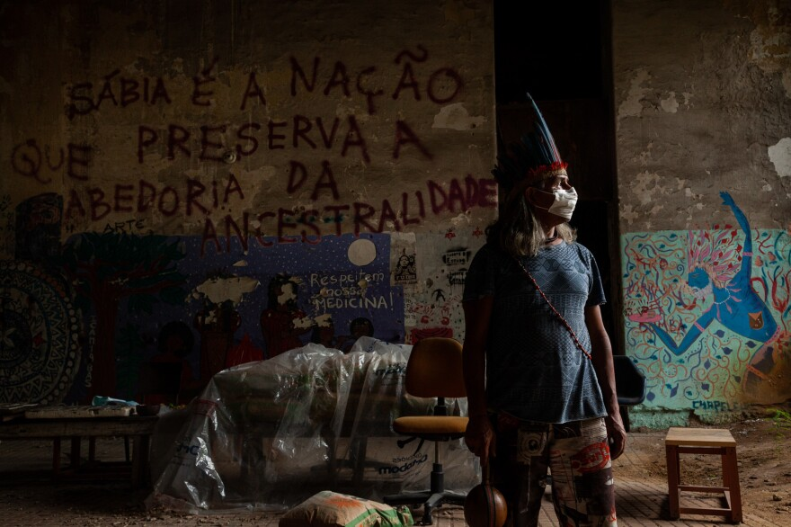 Aldeia Maracanã, located in the Maracanã neighborhood of Rio de Janeiro, faces financial difficulties from the pandemic. Residents are trying to buy food through a collective. Chief José Urutau Guajajara organizes efforts in the village to help his people survive.