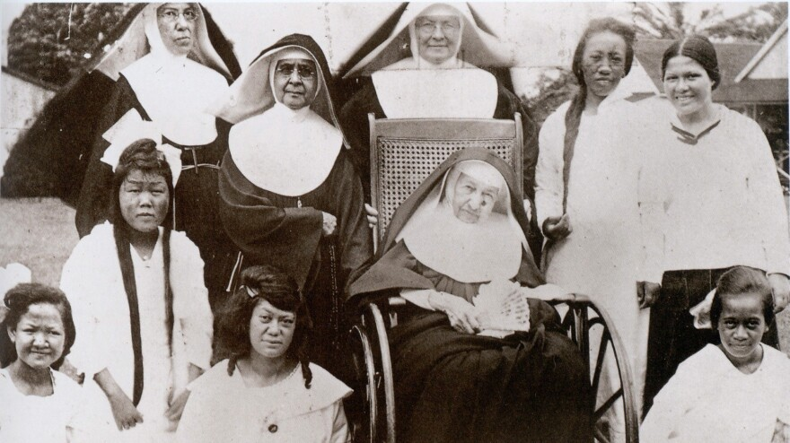 Mother Marianne Cope (in wheelchair) with other nuns and the women and girls of Bishop Home in Kalaupapa, Hawaii, shortly before her death in 1918.