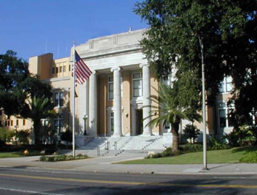 picture of the front of a courthouse