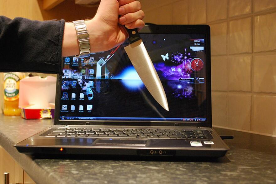 CS.ComputerGuys.virus_.compknife.stuartpilbrow.jpg