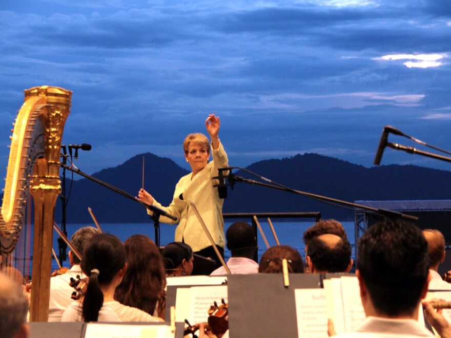 Marin Alsop conducted the Sao Paulo Symphony Orchestra in a beachfront concert Sunday for 20,000 people in Santos, Brazil.