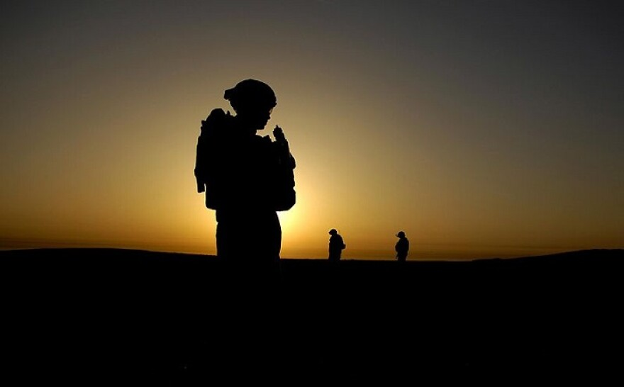 800px-U.S._Army_Soldier_silhouette_on_mission_in_Iraq.jpg