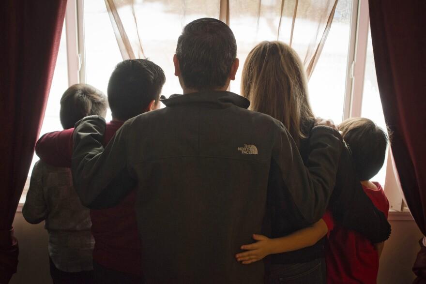 Manuel, aquí con su familia. Llegó por primera vez a los Estados Unidos hace más de 20 años. Es uno de los 143.370 inmigrantes que fueron arrestados el año pasado en el interior del país por las autoridades de inmigración.