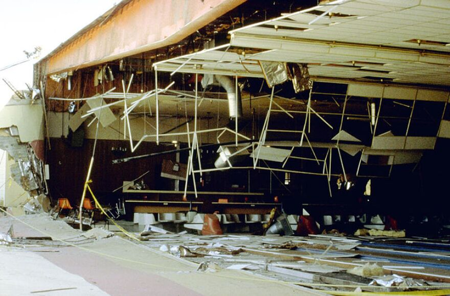 Earthquake-Landers_Ca_bowling_alley1992.jpg