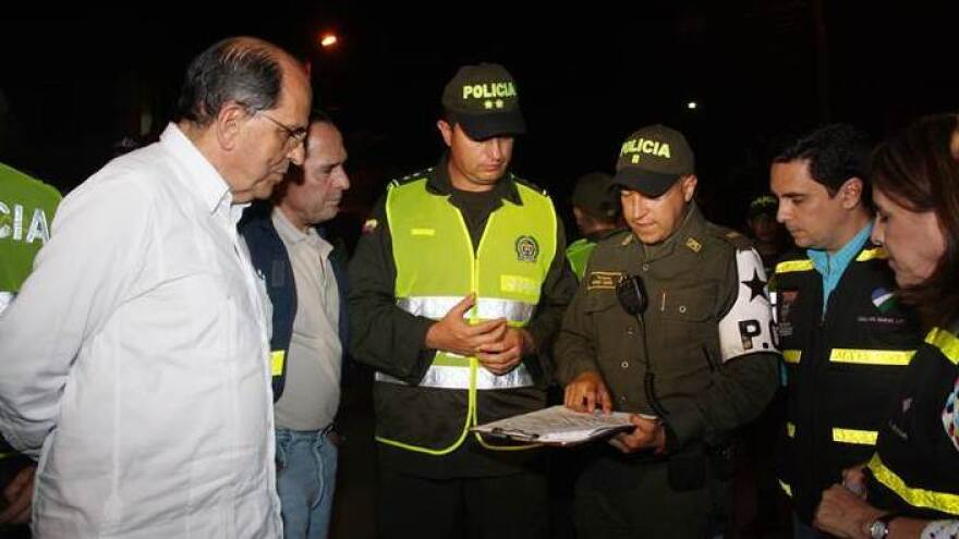 As the mayor of Cali, Colombia, epidemiologist Rodrigo Guerrero<em> (</em>left) meets with the police once a week to review murder statistics.