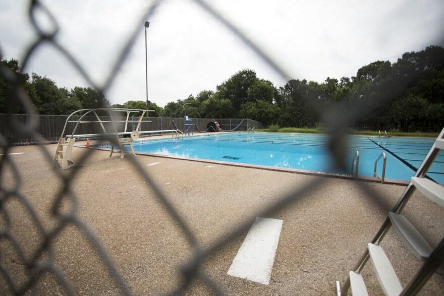 Garrison Pool en el sur de Austin, junto con otras albercas e instalaciones de la ciudad, han estado cerradas desde el 16 de marzo, en un esfuerzo por limitar la propagación del coronavirus.