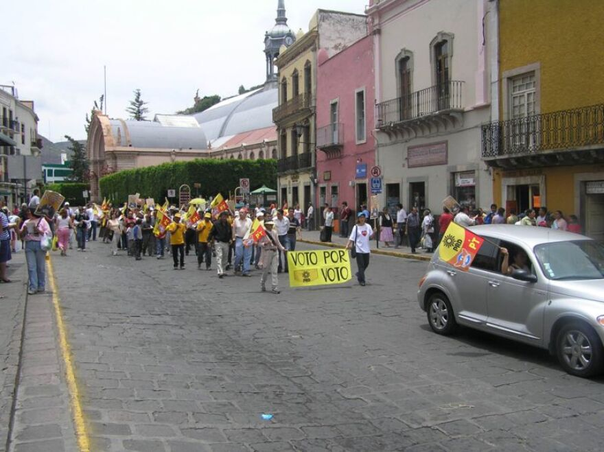 800px-supporters_of_lo__pez_obrador_marching_in_guanajuato__2006.jpg