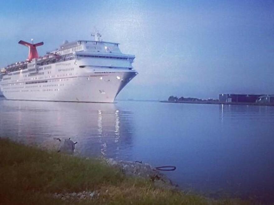 Carnival_Paradise_entering_Port_Tampa_Bay.jpg
