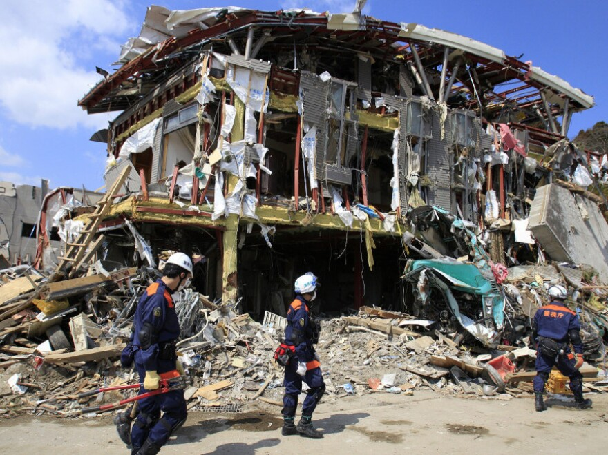 Metropolitan Police Department personnel searched for victims in the debris of Rikuzentakata, Iwate Prefecture, northern Japan, earlier today (April 1, 2011).