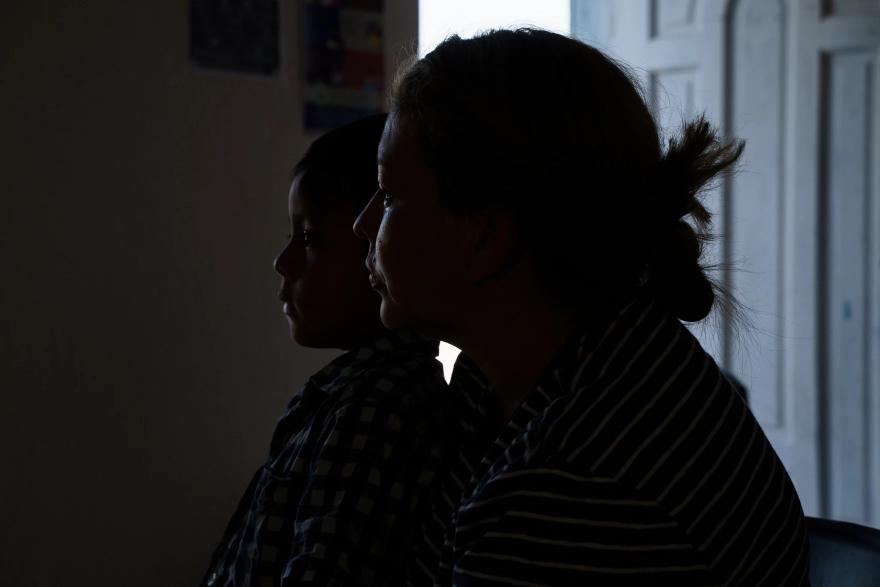 Levis, una mujer de Honduras que busca asilo en los Estados Unidos, junto a su hijo en el refugio para migrantes Pan de Vida, en Juárez, el 26 de agosto de 2020.