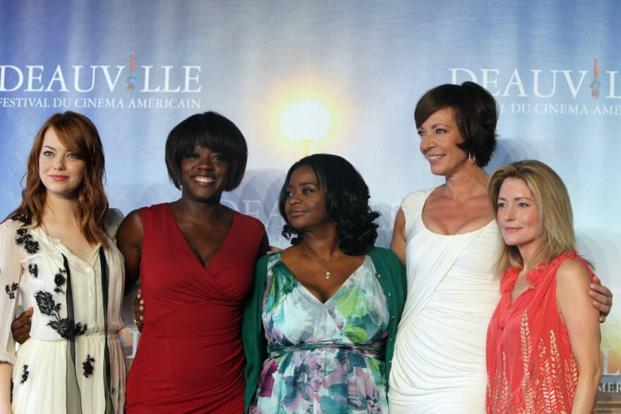 """(L-R): US actress Emma Stone, US actress Viola Davis, US actress Octavia Spencer, US actress  Alison Janney and US screenwriter Kathryn Stockett pose during the photocall of the movie """"The Help""""."""
