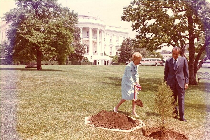 1280px-Nixons_plant_a_tree_C6311-11a.jpg