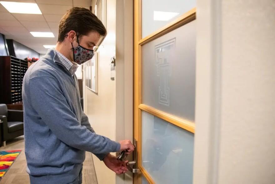 Klay Davis tries to open a door with keys.