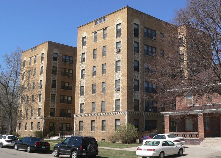 800px-alhambra_apartments__sioux_city__from_se_1.jpg