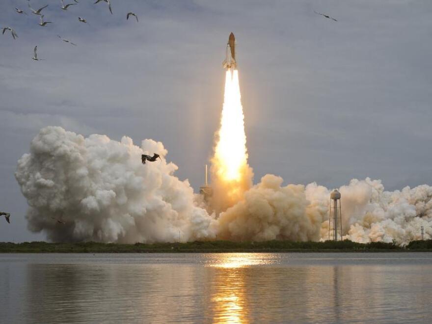 Space_Shuttle_atlantis_launch.jpg