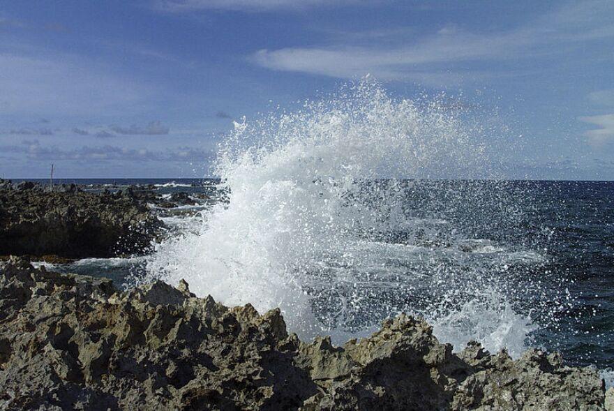 Crashing_ocean_waves_at_natural_bridge_Aruba.jpg