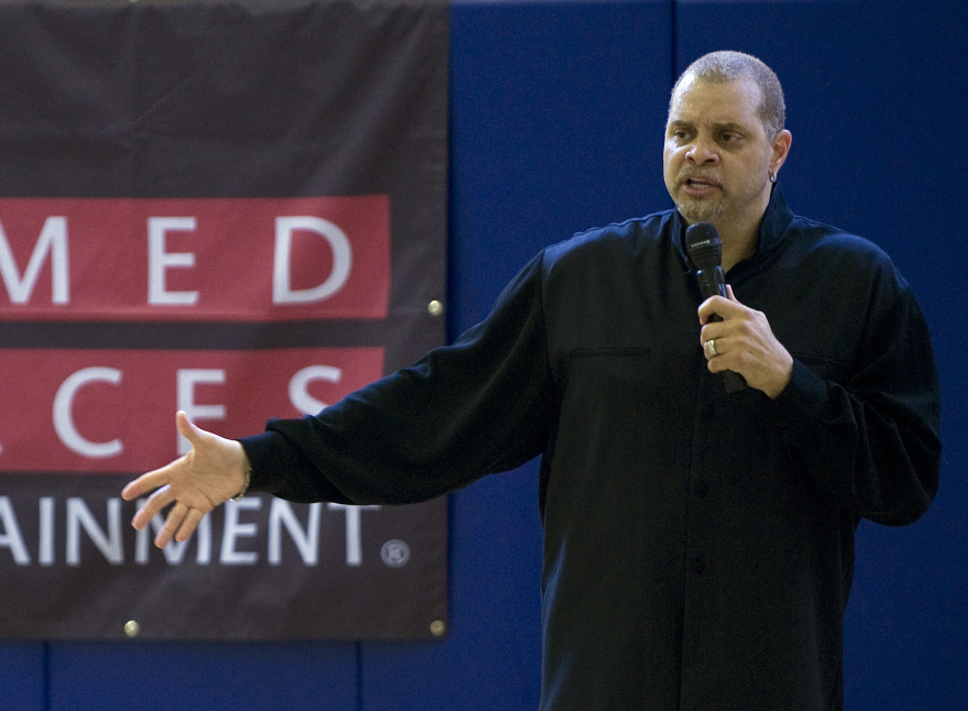 armed_forces_entertainment_presents_sinbad_s__funny_to_the_corps__tour_dvids419917.png