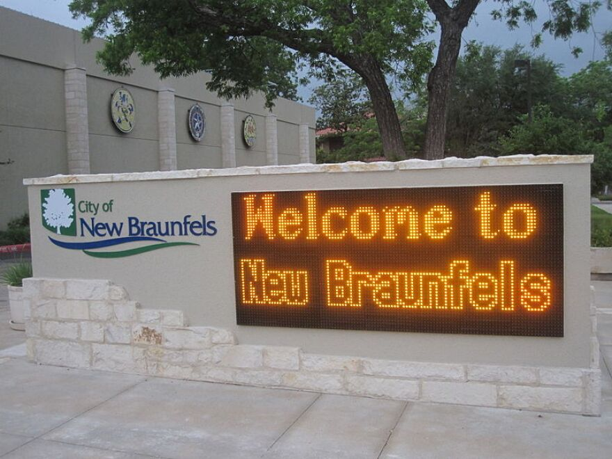 Welcome_sign_at_New_Braunfels-Billy_Hathorn.JPG