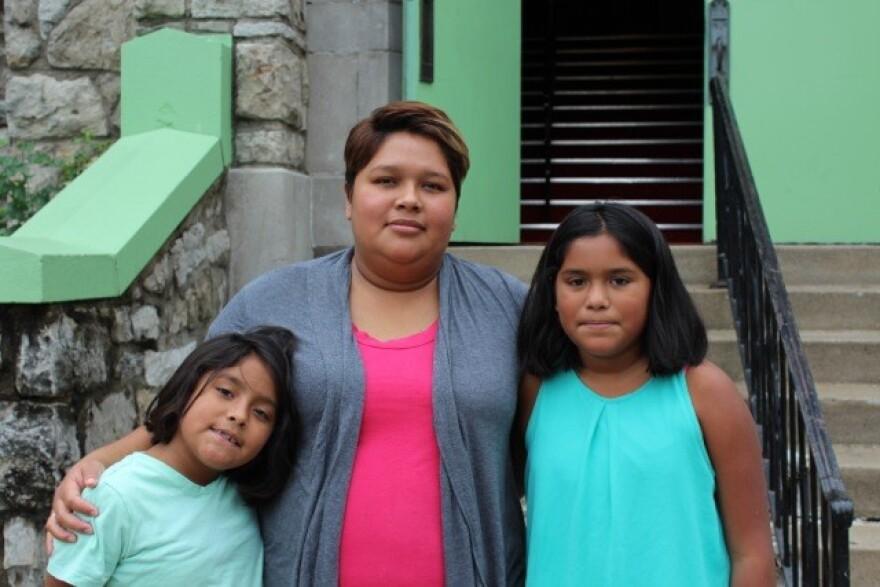 Gaby_2_daughters.jpg