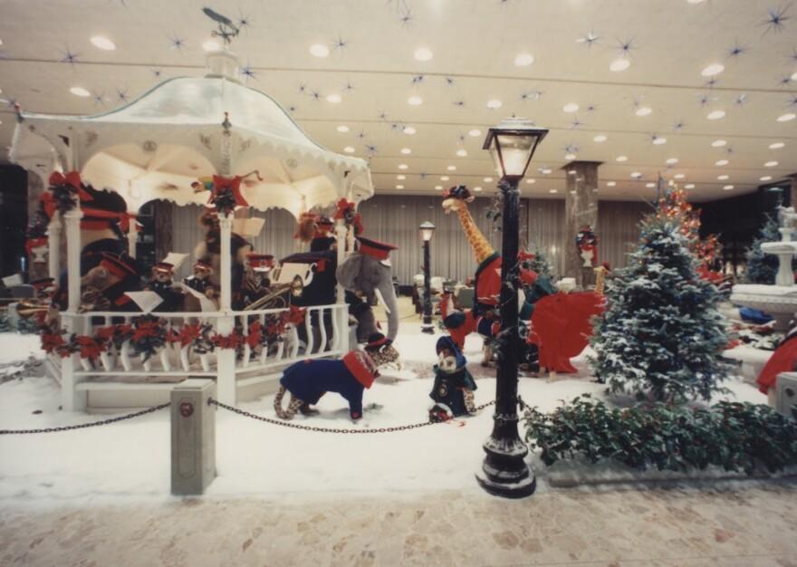 Bmo Harris Bank Christmas Display 2021 42 Years Of A Milwaukee Holiday Tradition Wuwm 89 7 Fm Milwaukee S Npr