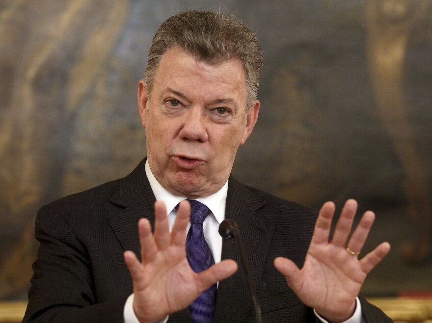 Colombia's President Juan Manuel Santos has suspended peace negotiations with the nation's last rebel group after a series of deadly bomb attacks.