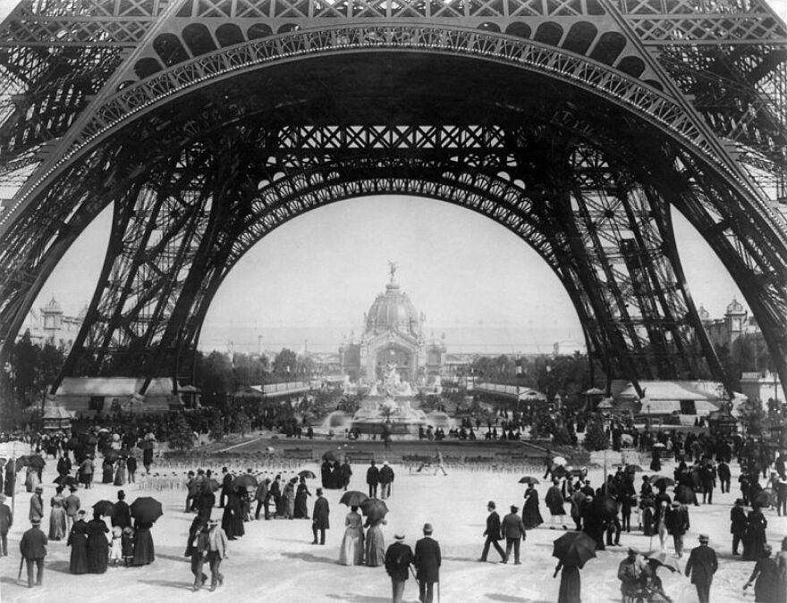 782px-Flickr_-_…trialsanderrors_-_Paris_Exposition,_view_from_ground_level_of_the_Eiffel_tower_with_Parisians_promenading,_1889.jpg
