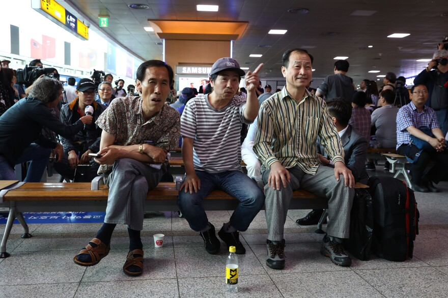 South Koreans gather at the Seoul Railway Station to watch Trump meeting with Kim.