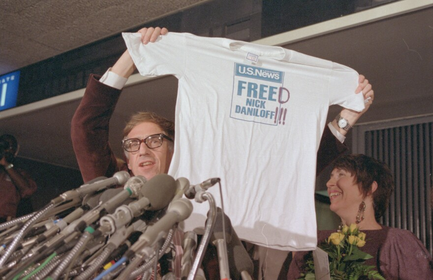 U.S. journalist Nicholas Daniloff and his wife, Ruth, display a T-shirt on his return home to the U.S. after being arrested in Moscow in 1986.