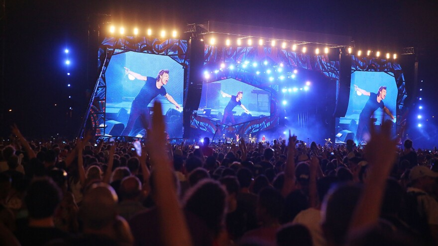 Hundreds of thousands of fans watched The Rolling Stones play a free show in Havana on Friday.