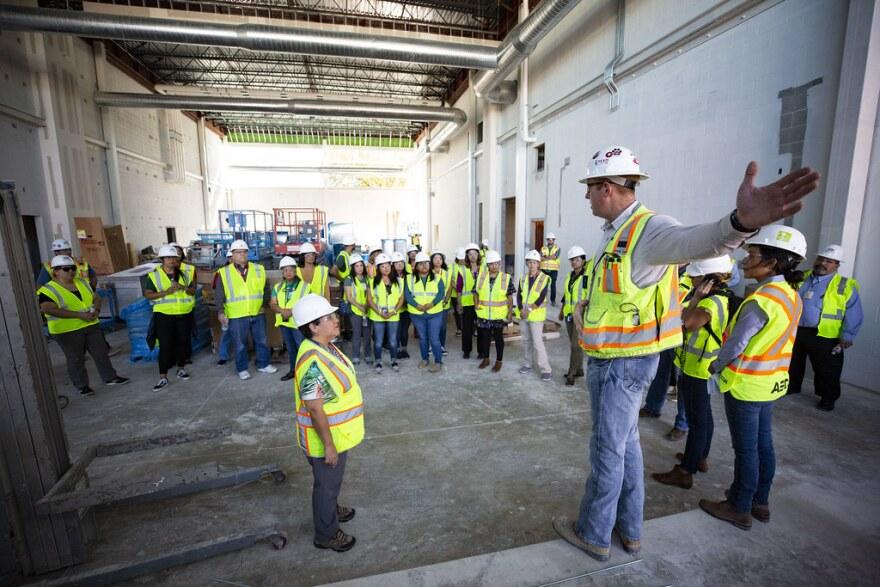 Thomas Lucas, superintendente de Rogers-O'Brien Construction, conduce un recorrido de la escuela nueva el mes pasado.