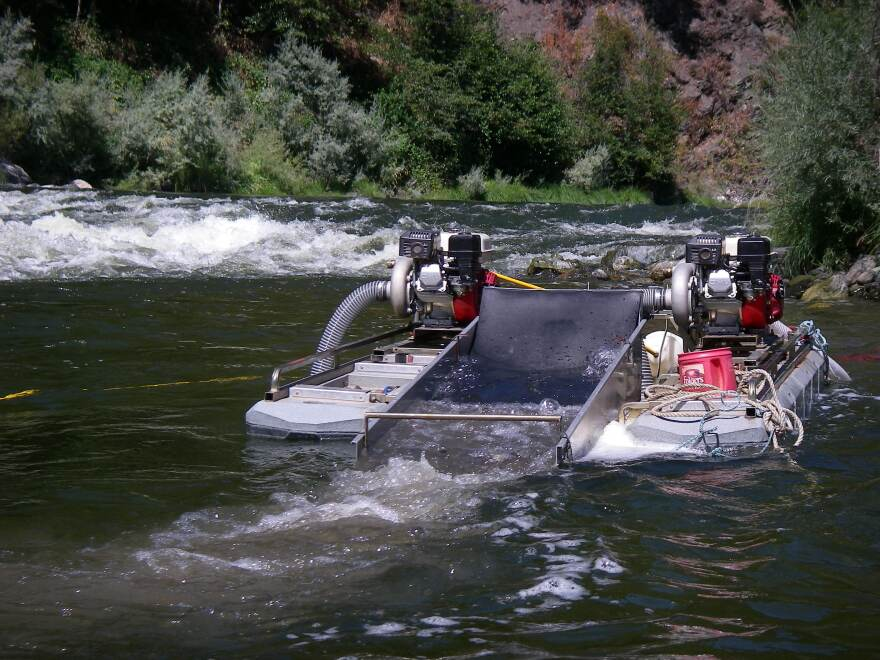 Suction_Dredge_Klamath_River.jpg