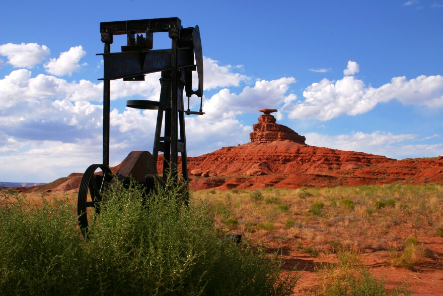 Photo of abandonned oil pump.