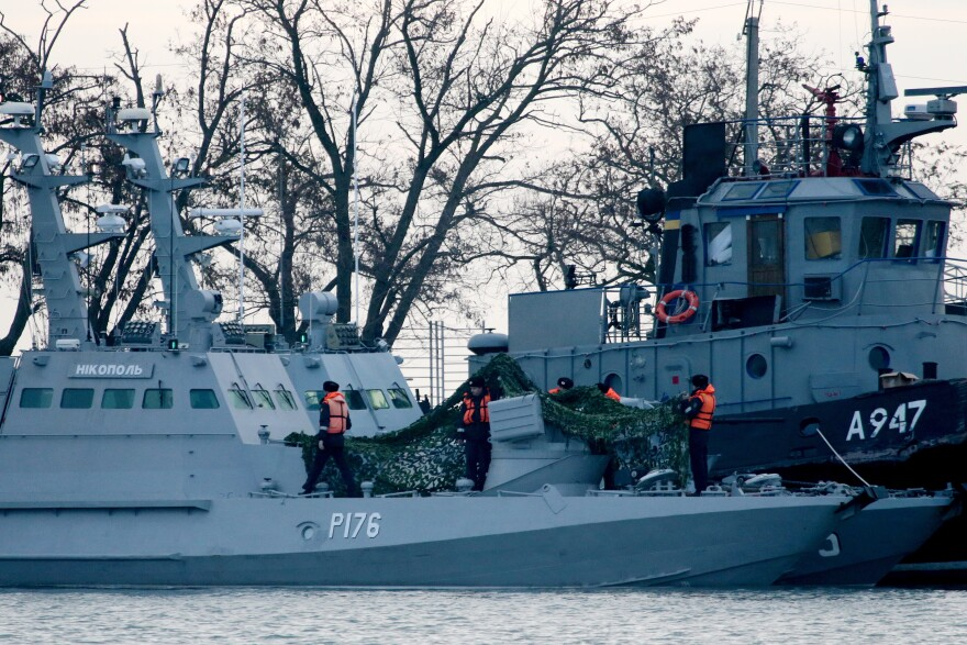 The Nikopol gunboat (left) and the Yany Kapu tugboat of the Ukrainian navy are tugged to the Kerch Seaport.