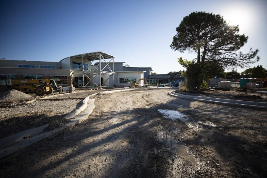 """El edificio nuevo de la escuela primaria T.A. Brown, una escuela consolidada y """"modernizada,"""" esta en construcción en el norte de Austin."""