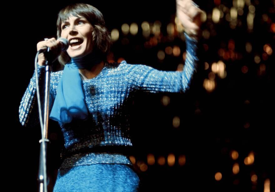 """I Am Woman"" singer Helen Reddy performs in 1970."