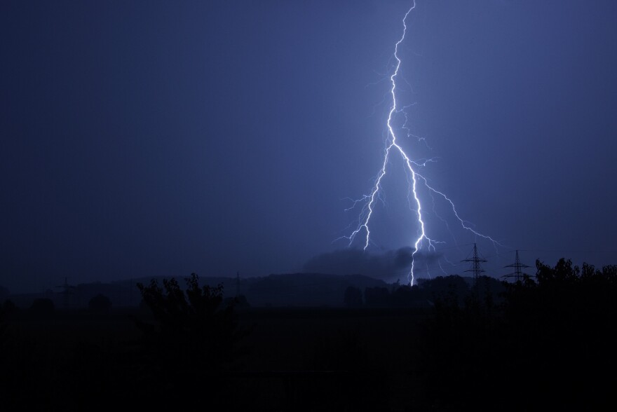 flash-sever-weather-thunderstorm-1043778_1920.jpg