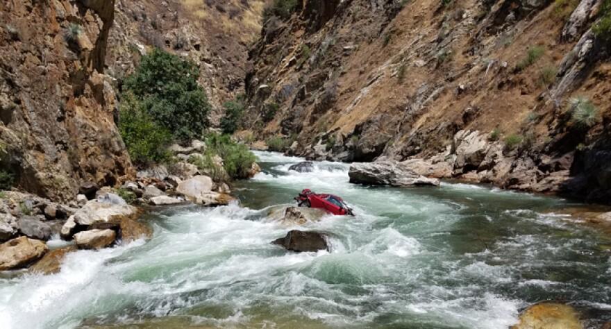 thai_students_crash_river1.jpg