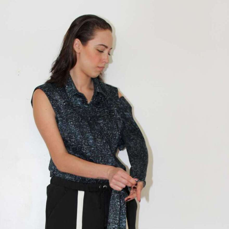 The blouse's sleeves can be worn full-length, short-sleeved or sleeveless.