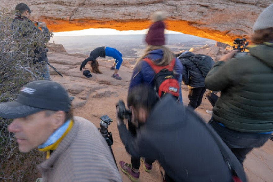 Photo of mesa arch crowd.