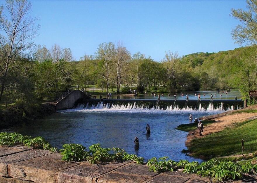 1222px-Bennett_Spring_State_Park_dam_near_Lebanon_Missouri.JPG