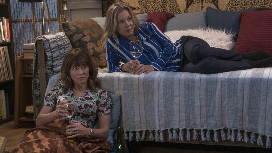 Linda Cardellini and Christina Applegate star as fast friends in Netflix's new comedy-drama <em>Dead to Me</em>.