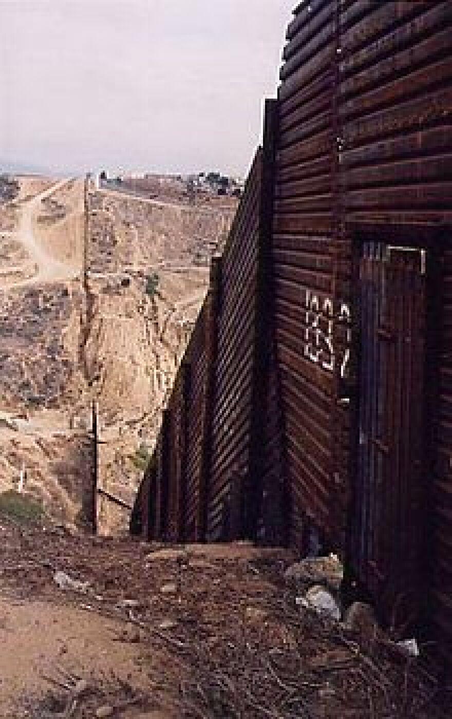 220px-Tortilla_Wall_fencehill.jpg