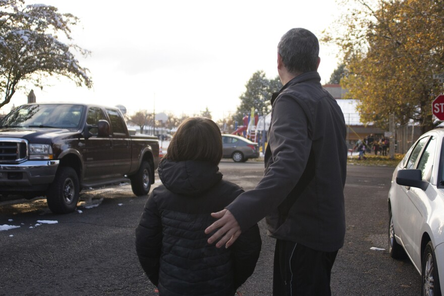 Manuel, junto con uno de sus hijos después de su liberación, cerca de la escuela primaria de la urbanización. Todavía no ha recibido sus papeles para trabajar. Por eso, su hijo mayor sigue siendo el sostén de la familia y su educación ha quedado interrumpida por el momento.