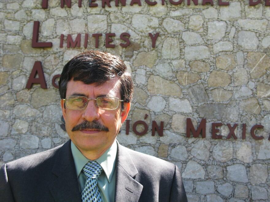 Antonio Rascón, ingeniero jefe de la sección mexicana de la Comisión Internacional de Límites y Aguas (CILA), dice que EE. UU. ya ha construido casi 700 millas de la cerca de seguridad, y México siempre se ha opuesto a ella.
