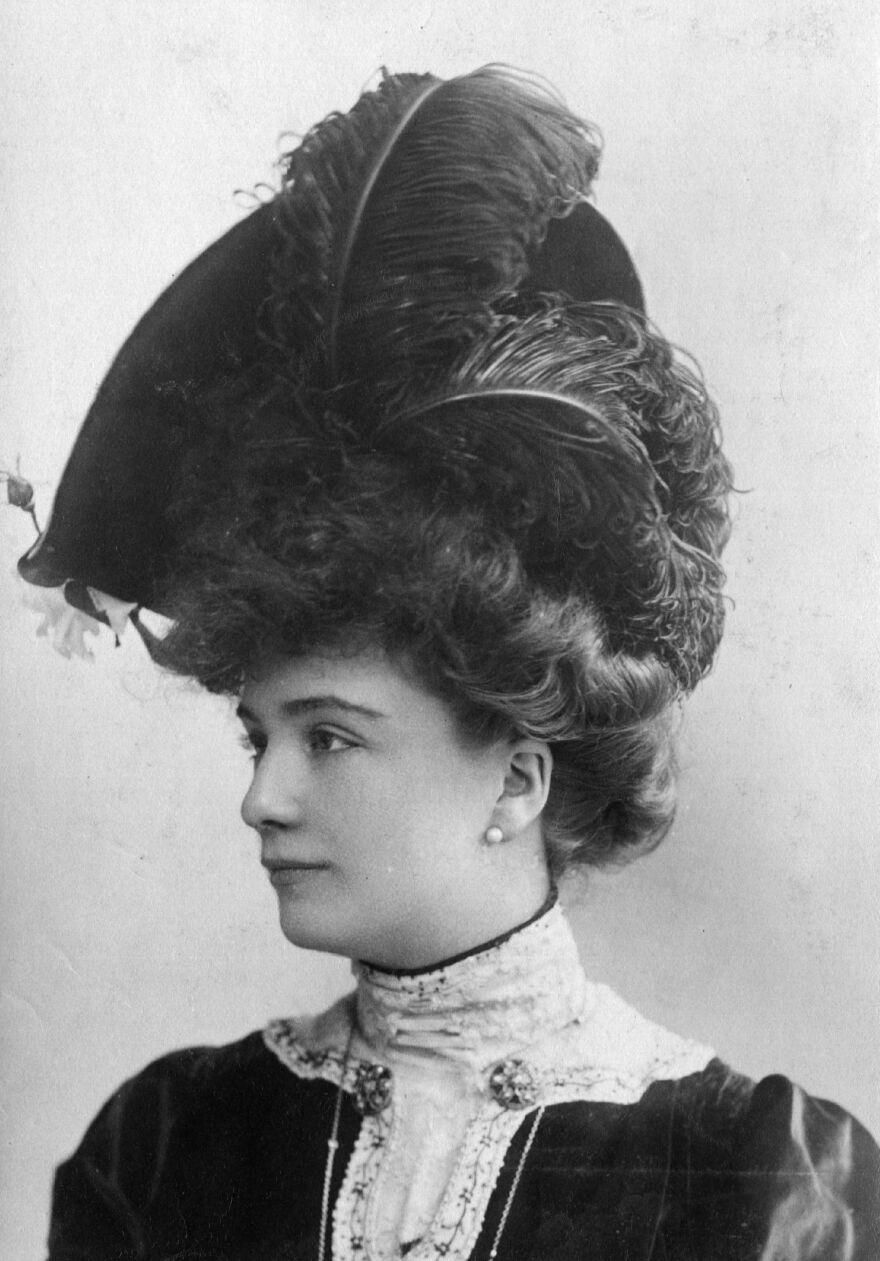 An Edwardian woman wearing an ostrich feather hat, circa 1903.