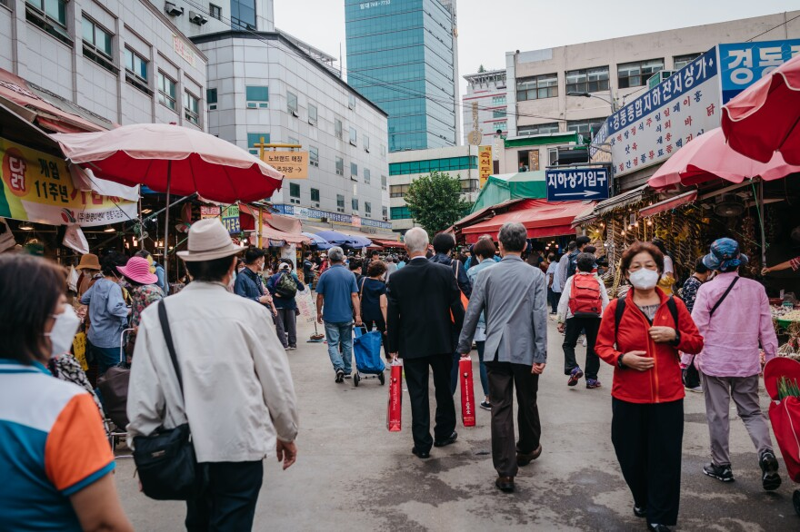 Visitors crowd the Gyeongdong Market in eastern Seoul on Sept. 29, a day before the start of the Chuseok holiday.
