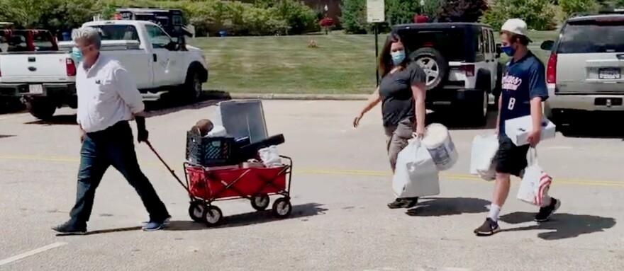 image of family moving items into KSU dorm