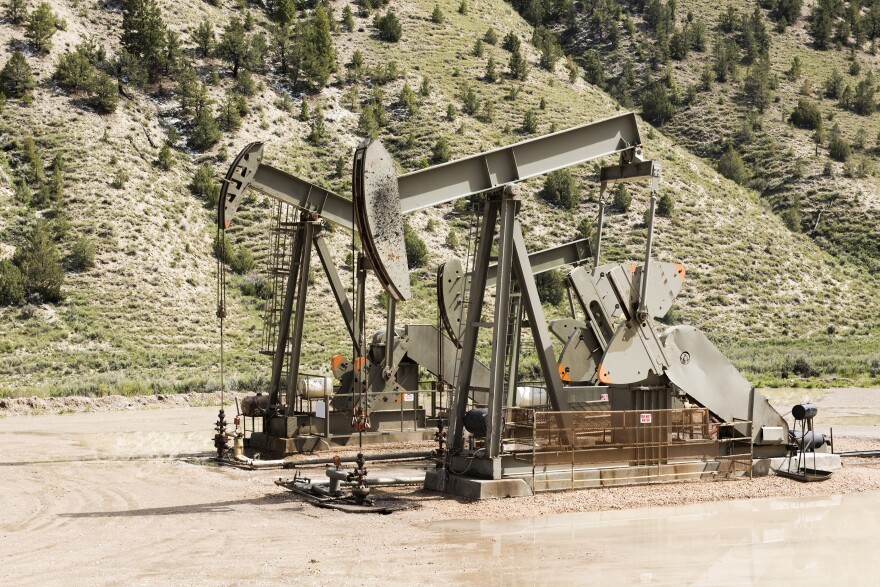 Photo of an oil well.