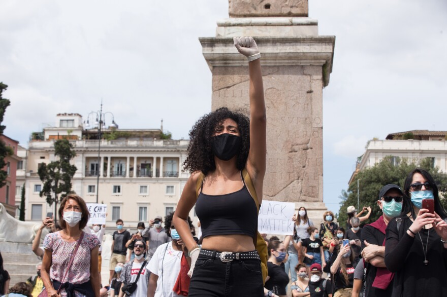Hundreds of people demonstrated in Piazza del Popolo in Rome against racism, part of a global wave of protests following the death of George Floyd in Minneapolis. A police officer is being charged with second degree murder.